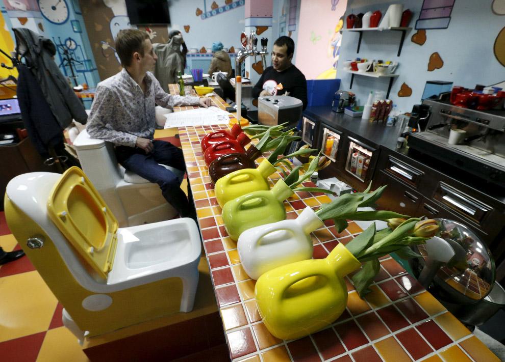 3. Так кафе выглядит с улицы. (Фото Sergei Karpukhin | Reuters):