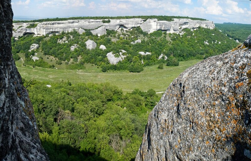 Вид на долину и Зангурма-Кобалар из трещины в Эски-Кермен