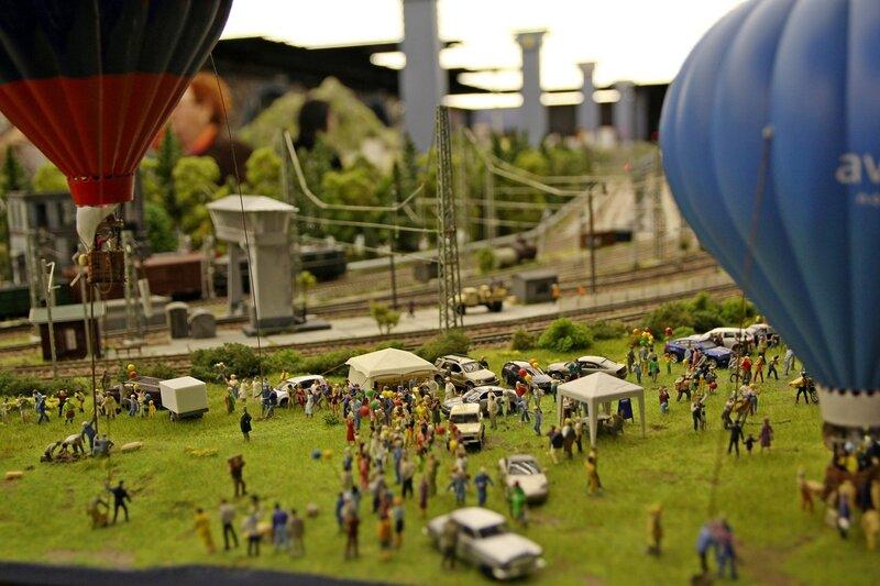 Гранд макет: авиапраздник. Запуск воздушных шаров, зрители на поле