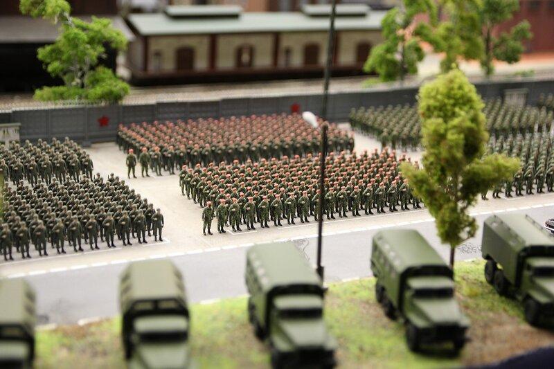 Гранд макет: большое построение солдат на плацу военной базы