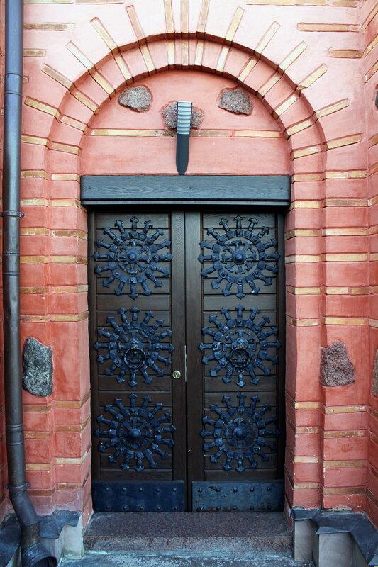 Наружная дверь восстановленной церкви