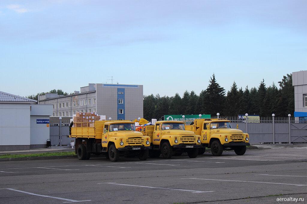 Грузовики в аэропорту Барнаула
