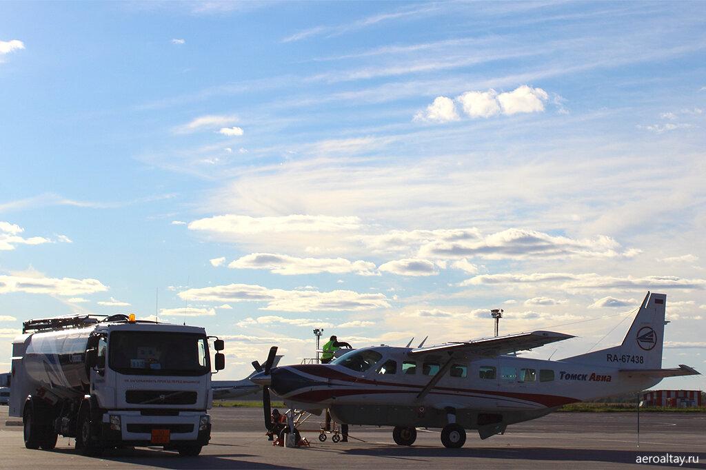 Самолет компании Томсквавиа готовится выполнить рейс СП 509 из Новосибирска в Барнаул