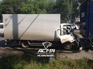 На улице Петухова грузовик столкнулся с фурой