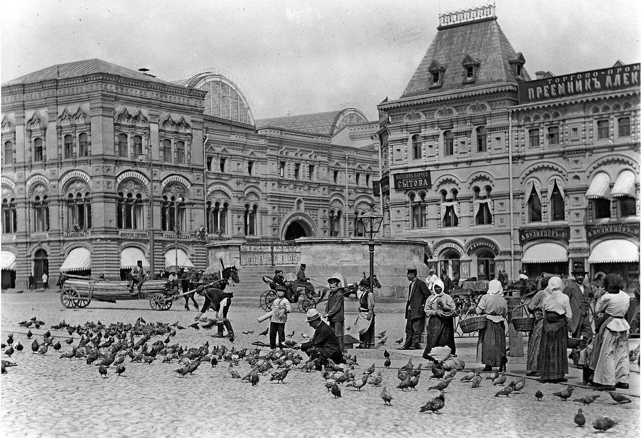Лобное место на Красной площади и въезд на улицу Ильинка.
