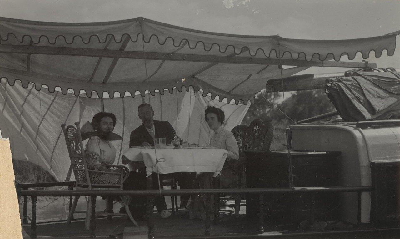Густав Оберг с двумя неизвестными дамами