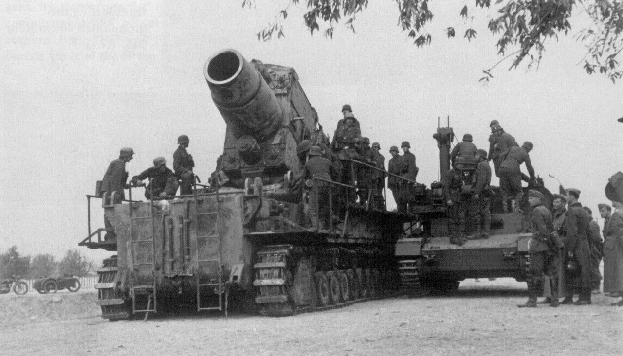 1941. Артиллеристы 2-ой батареи 833-го тяжелого артиллерийского батальона вермахта готовят к выстрелу 600-мм самоходную мортиру «Карл» (Karl Gerät 040 Nr.III «Odin») в районе Бреста.