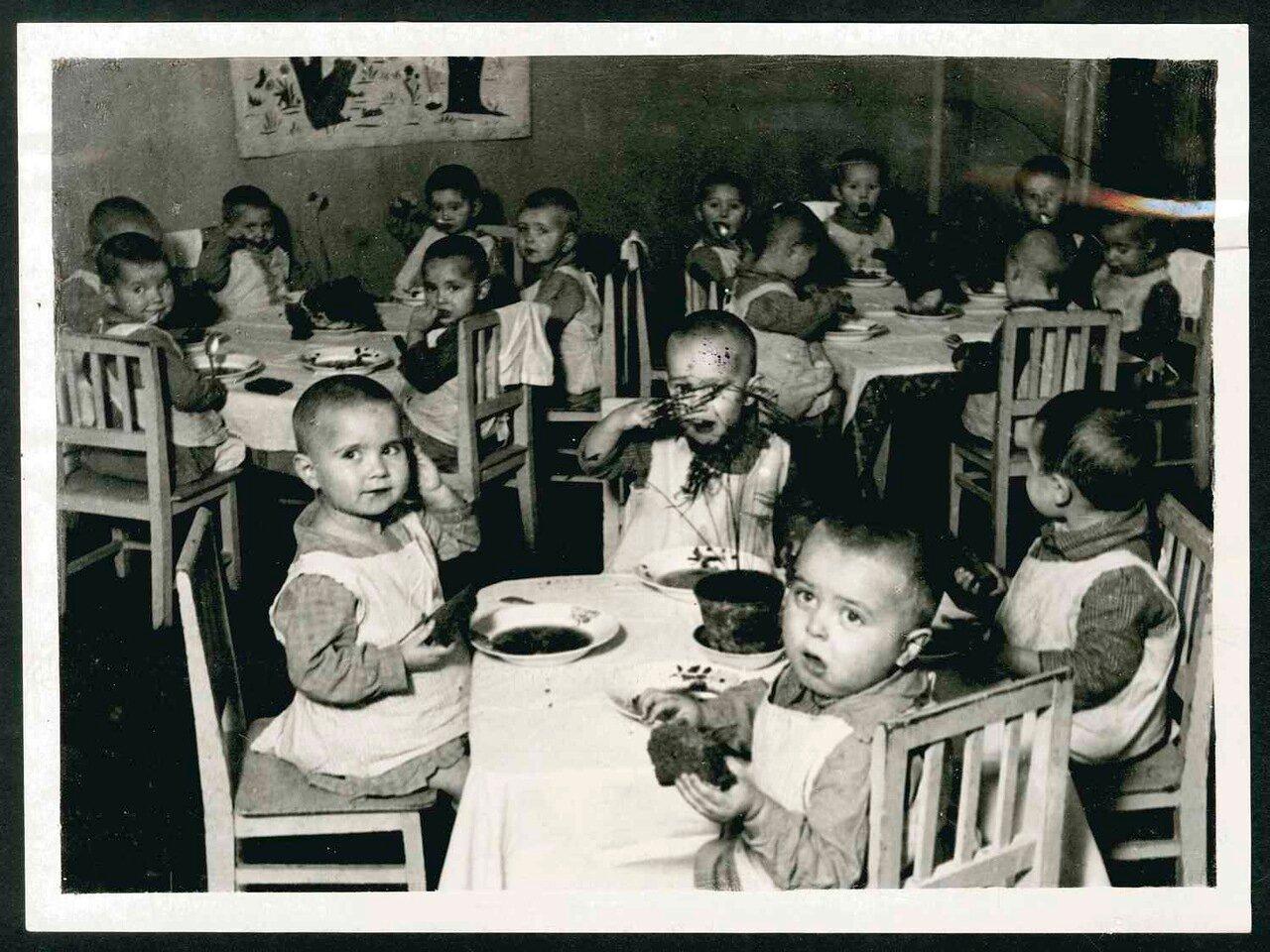 1925. Москва  Дети ужинают в детском саду
