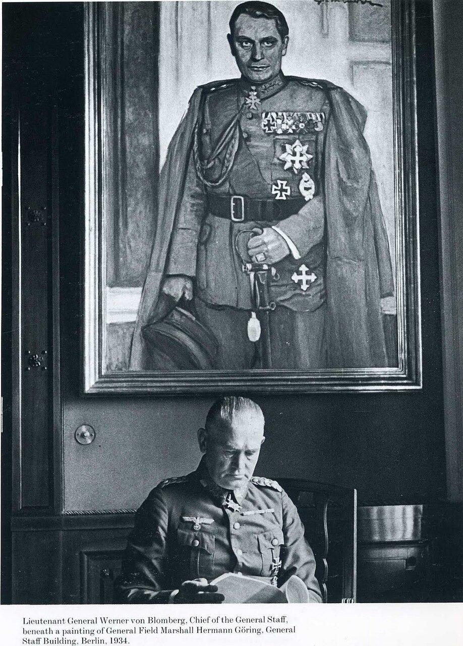 1934. Начальник Генерального Штаба, генерал-лейтенант Вернер фон Бломберг под портретом Германа Геринга, Берлин