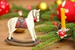 Holzschaukelpferd zur Weihnachten