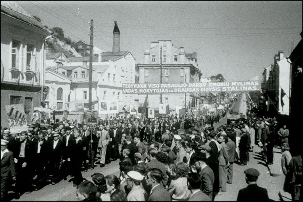 Демонстрация трудящихся Каунаса в честь принятия Литвы в состав СССР. Август 1940 г.