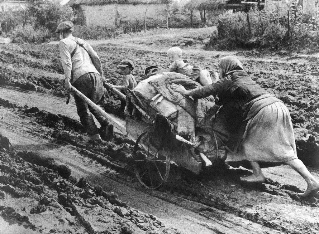 В горькие дни отступления. Днепропетровщина. Семья беженцев везет свои пожитки, спасаясь от наступающих немцев. Днепропетровская область, Украина, 1941 г.
