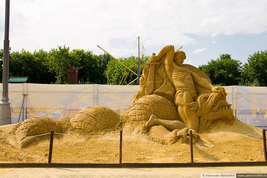 """Песчаная скульптура """"Битва Зигфрида с драконом Фафниром"""" в Коломенском"""