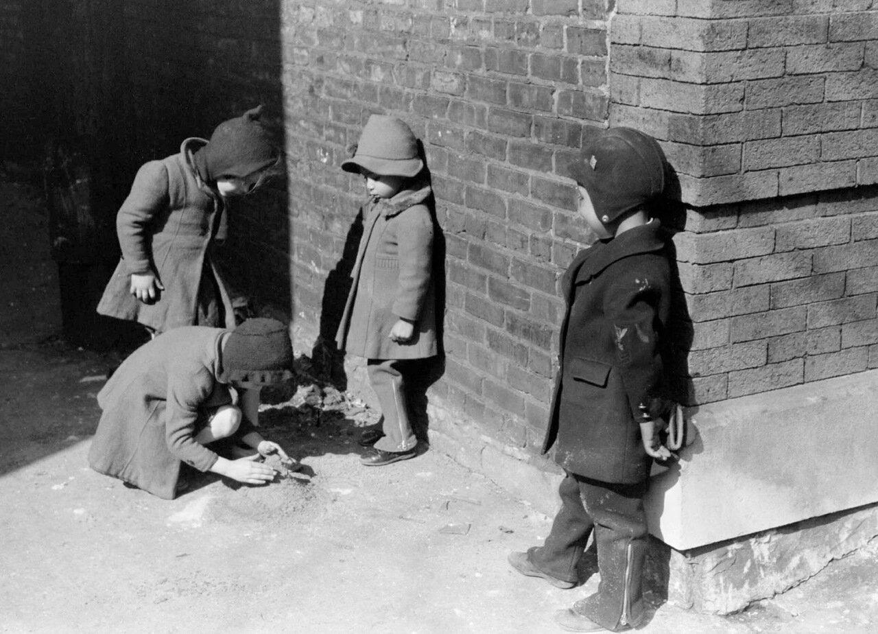 Где пересекаются негритянские и белые кварталы на Южной Стороне Чикаго, дети негров и белых иногда играют вместе. 1941