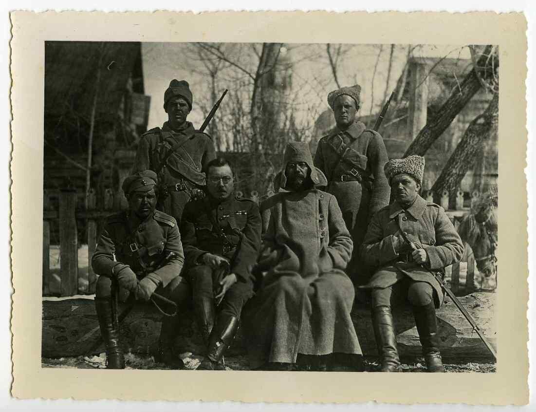 1918. Грондейс второй слева. С помощью этих офицеров и 17 разведчиков он добрался до Стерлитамака