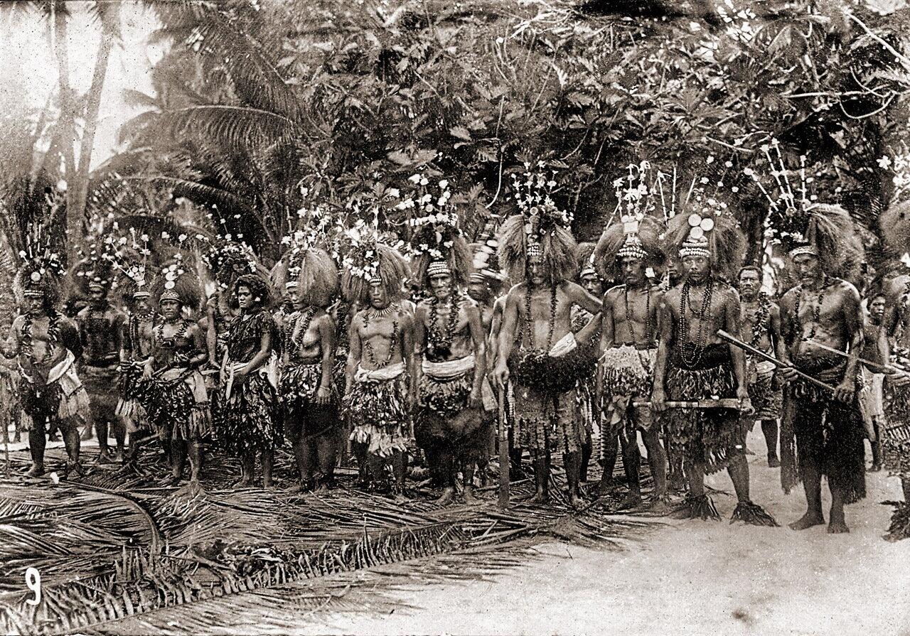 Самоанский вождь и его воины в фестивальной одежде. 1900