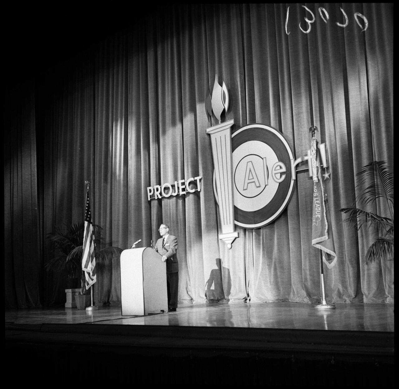 1961.12 декабря. Проект Тревога (антикоммунистическая конференция). Дональд Джексон выступает с трибуны