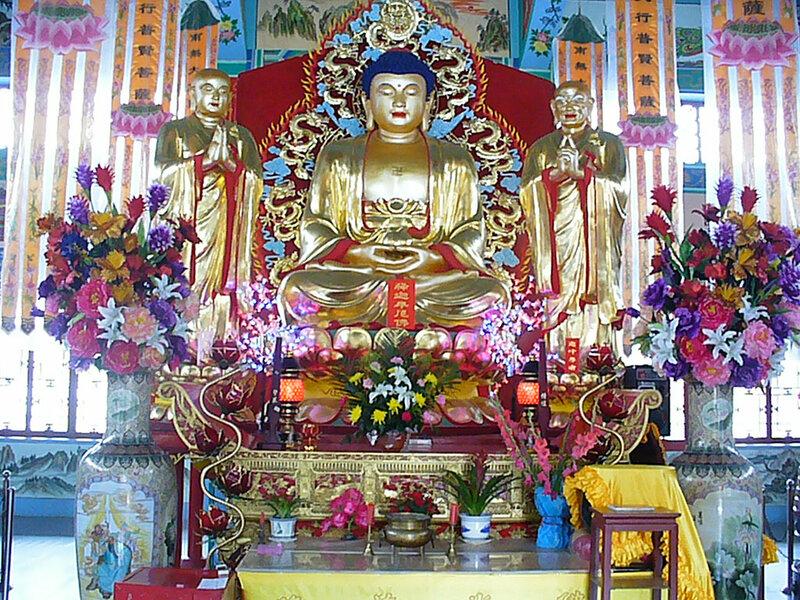 Город Дзиси - в будийском храме