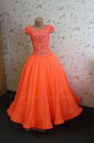 Пышные платья на манекене