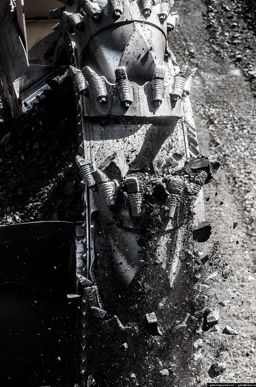 17. Управляет роторным экскаватором бригада из шести человек.