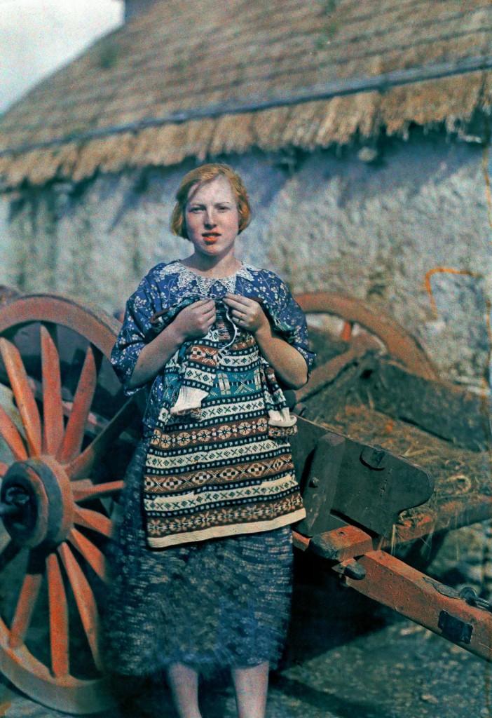 Молодая девушка вяжет одежду из шерсти в городке Ардара.