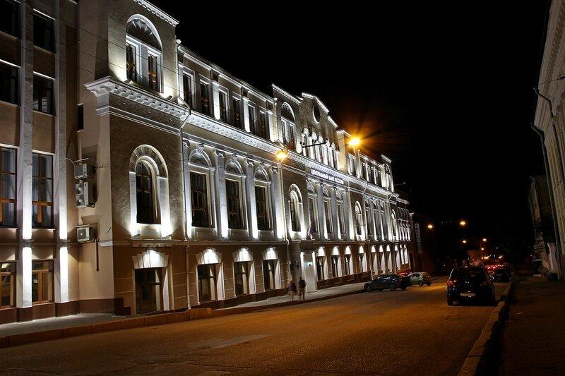 Здание центробанка Кирова на улице Спасской в ночном освещении