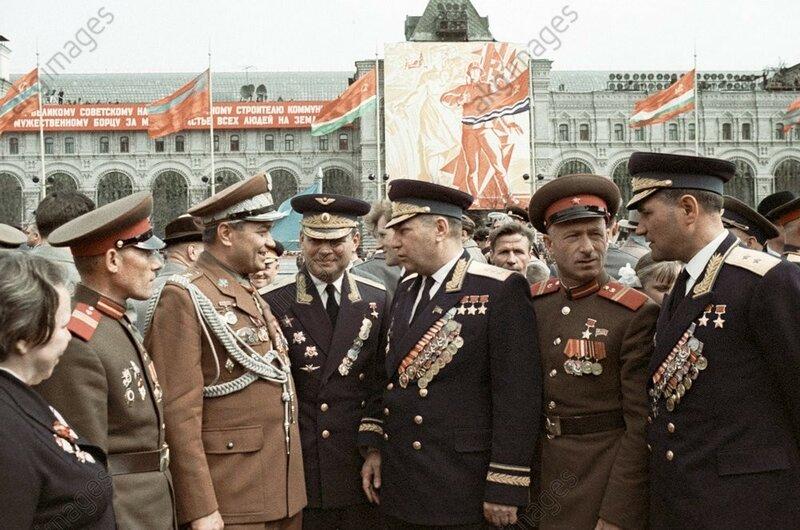 Знаменитый советский ас Александр Покрышкин (в центре) беседует с участникам парада 9 мая 1965 г