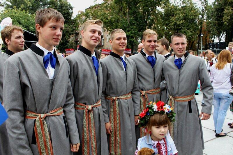 Команда Латвии на Параде вышиванок