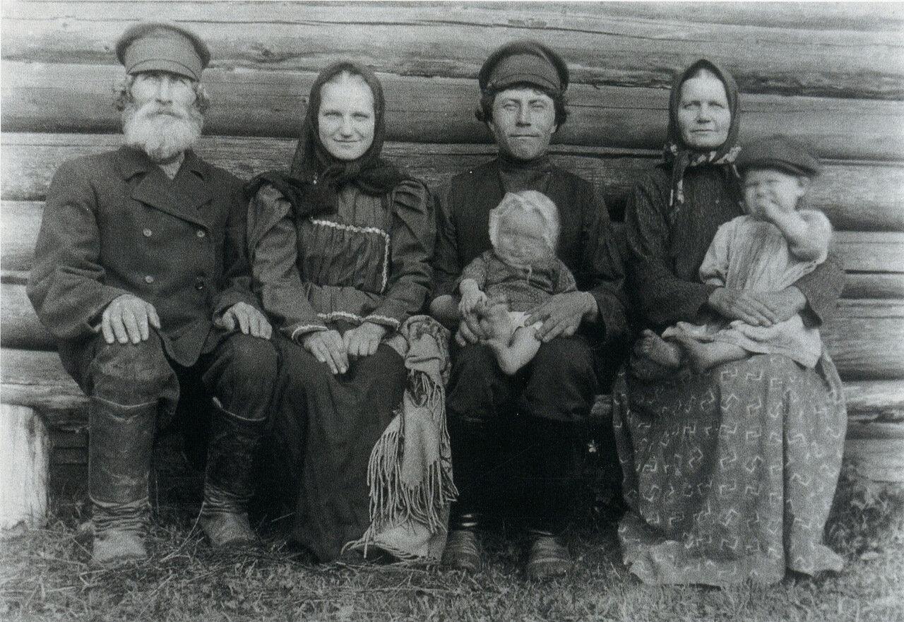 Крестьяне на завалинке. 1910-е