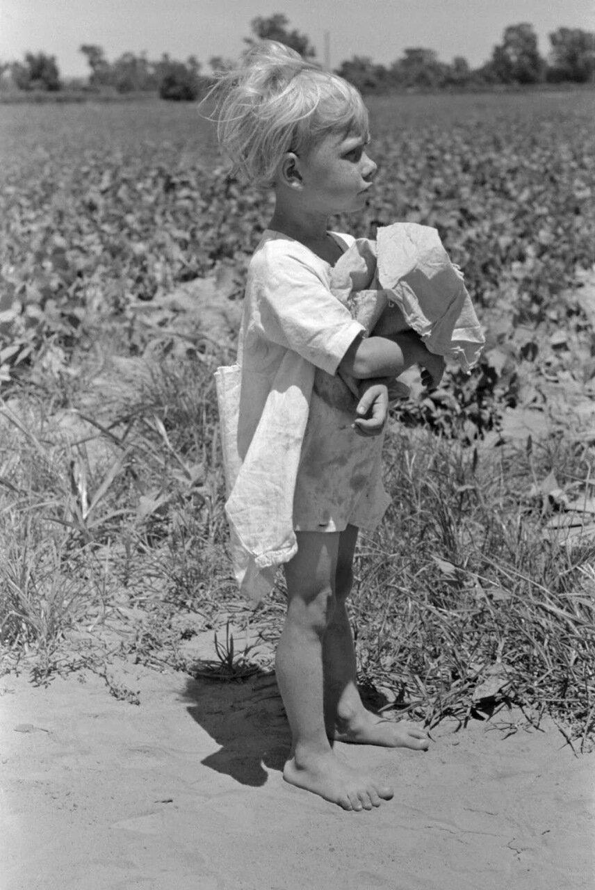 Дочь сельсскохозяйственного рабочего на бобовом поле возле Маскоги, Оклахома, 1939