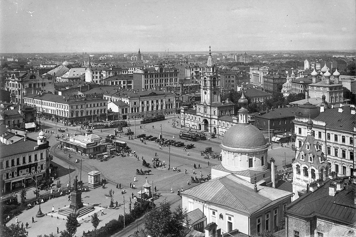 Вид на Пушкинскую площадь и Страстной монастырь.
