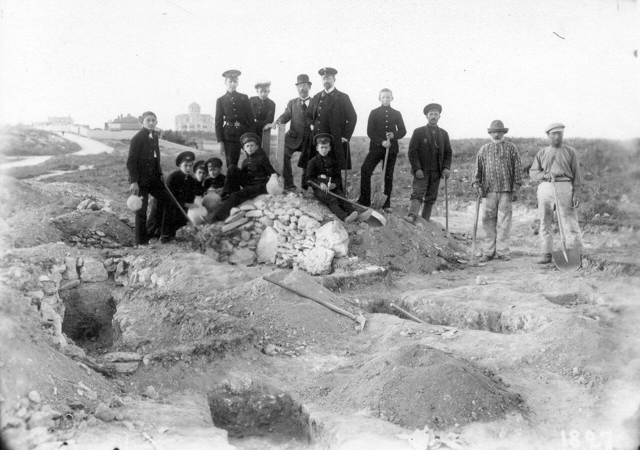 Р.Х.Лепер с гимназистами казенной мужской гимназии на раскопках в Херсонесе