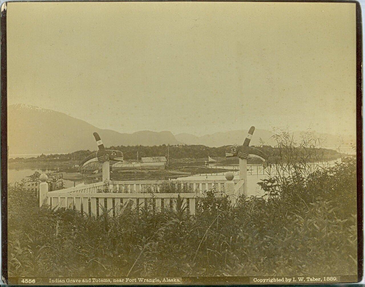 1889. Тотемы на могилах тлингитов на острове Врангеля