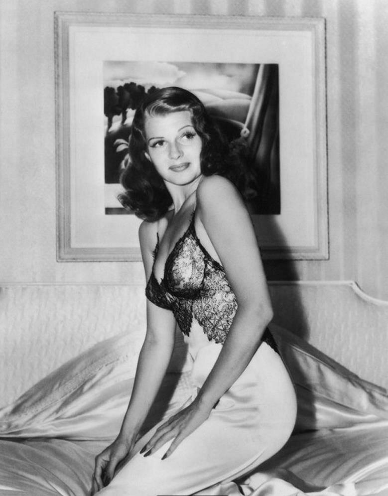 1941. Рита Хейворт позирует на своей постели в собственном доме