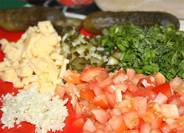 Мелко-мелко нарезать помидоры, зелень (лук зелёный, укроп, петрушка), чеснок, солёные огурцы, сыр (можно натереть.