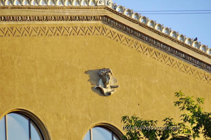 Голова на здании, Омск