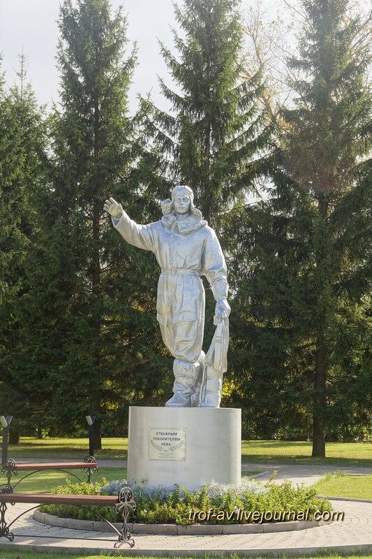 Памятник отважным покорителям неба, Старый Городок