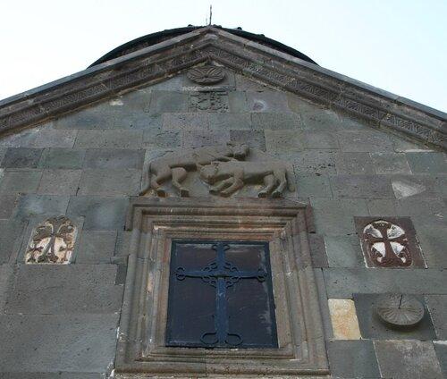 Гегард: церковь Катогике, герб Закарянов
