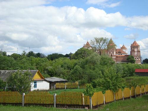 Отдых в Беларуссии: Вид на Мирский замок из поселения