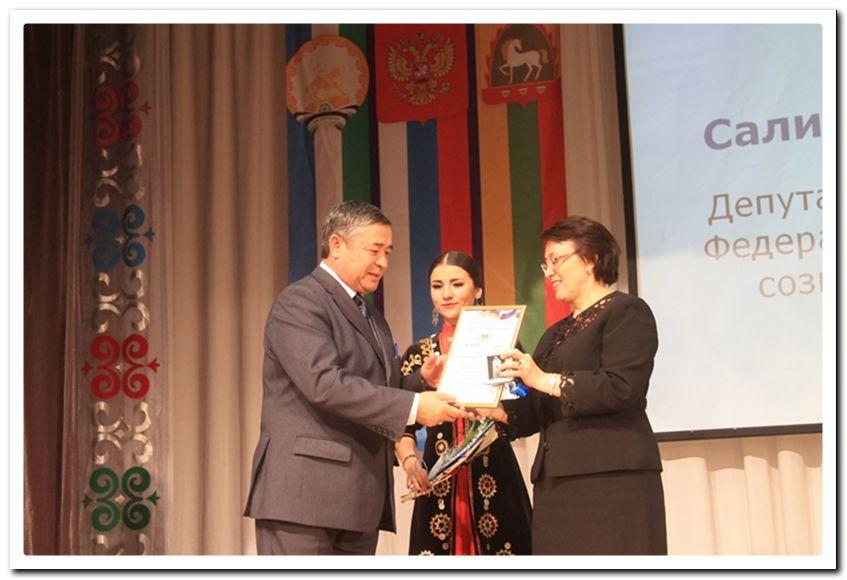 С.Ш. Мурзабаева вручает главному врачу Баймакской ЦГБ М.И. Гумерову заслуженную награду.