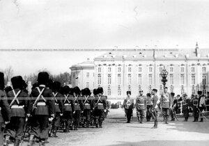 Колонна Первой Уральской его величества сотни полка проходит мимо императора Николая II на параде в честь 150-летия полка.