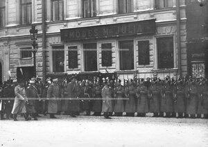 Император Николай II обходит строй батальона на открытии памятника великому князю Николаю Николаевичу.