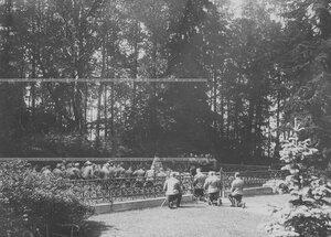 Офицерский состав бригады во время панихиды на братской могиле.