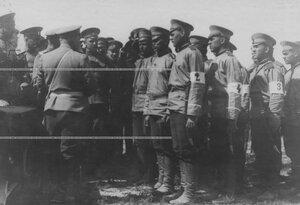 Группа артиллеристов на маневрах.