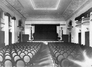 Вид зрительного зала кинотеатра.