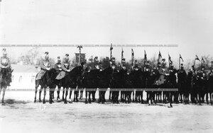 Конногвардейцы в строю с полковым штандартом.