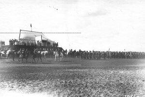 Отряды юнкеров проходят церемониальным маршем мимо царского валика .
