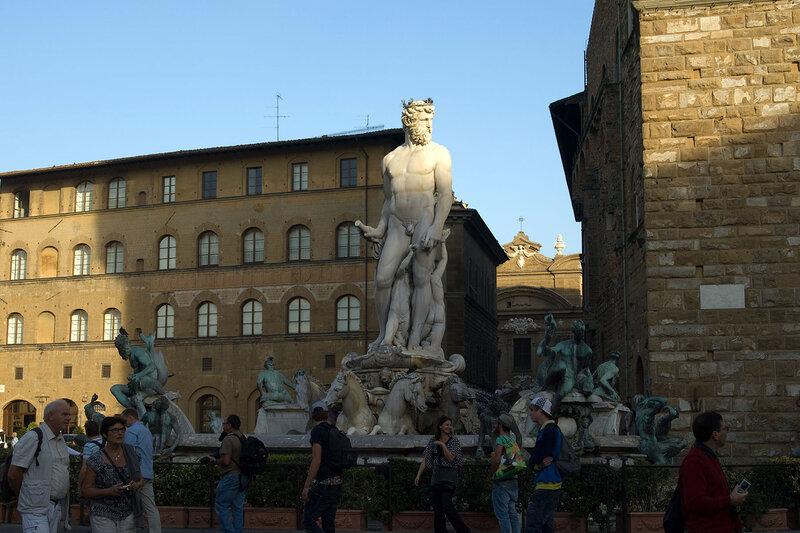 мы видим площадь со скульптурами