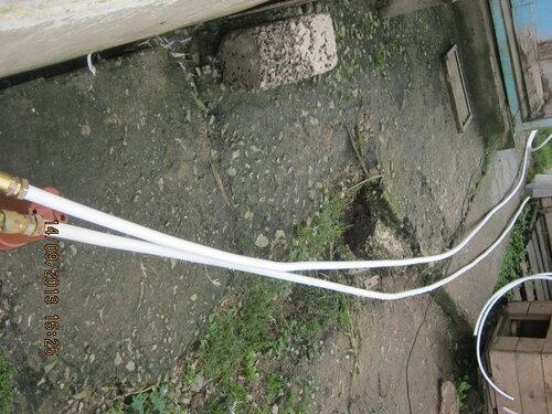 По старой трубе, но с коррективами после измерения глубины скважины, отмерили новый трубопровод