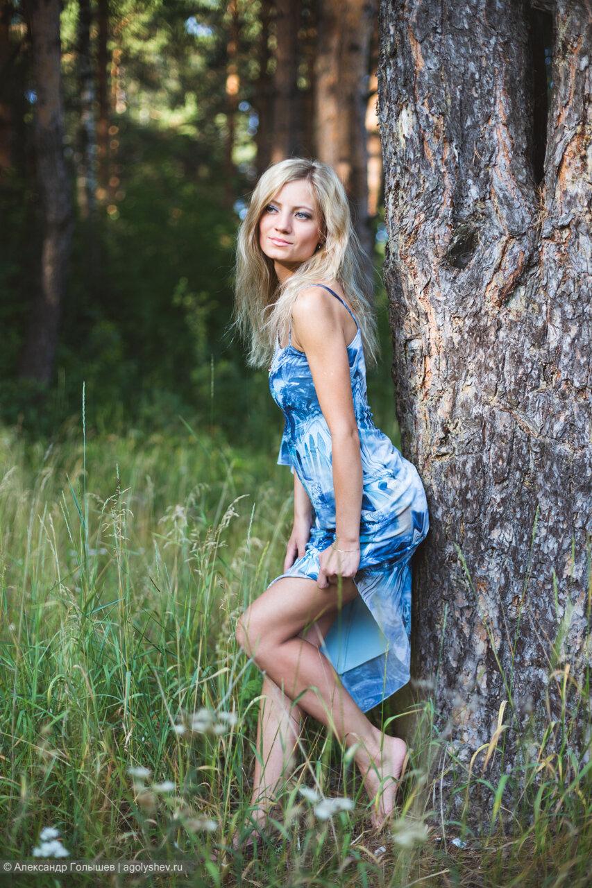 Опытный охотник выследил и выеб около дерева роскошную блондиночку